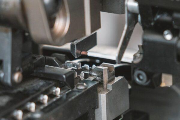 macchina automatica per il taglio e la preparazione dei cavi elettrici