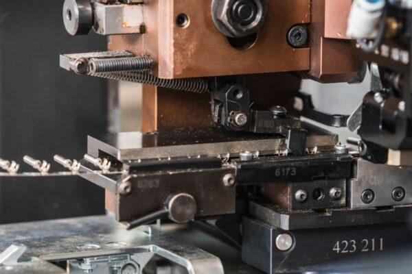 macchinario crampatore per fili elettrici industriale di ades srl
